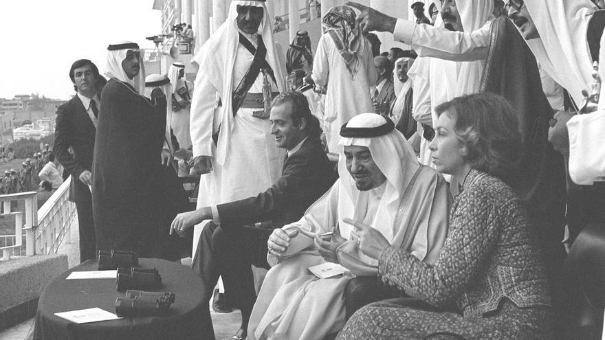 Ryad 24-10-1977.- Los reyes Juan Carlos y Sofía, acompañados del rey Jaled asisten a una carrera de camellos en el hipódromo de Ryad.