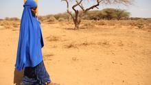 Hoodo, madre de ocho hijos, recoge el agua después de una entrega de Save the Children en el pueblo de Gaatama, a las afueras de Burao en Somalilandia afectada por la sequía.