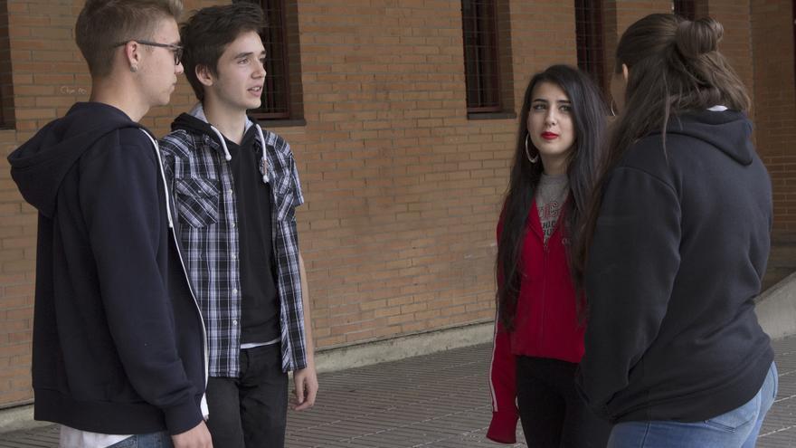 Marcos, Diego, Ana y Semilly (de izda a derecha) en el patio de su instituto. / David Conde