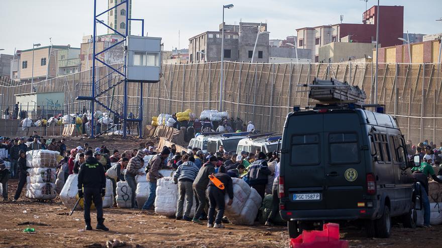 Paso fronterizo del Barrio Chino en Melilla. Miles de personas cruzan a diario de territorio español a territorio marroquí con fardos que pueden superar los 50 kg de peso