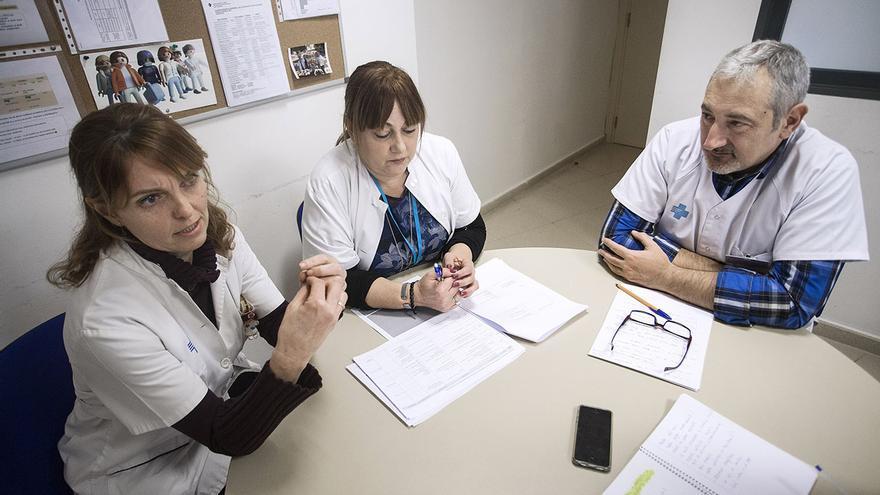 Las enfermeras María José Pujol y Isabel Garrido, y el médico de familia y director del CAP Chafarinas Xavier Bayona