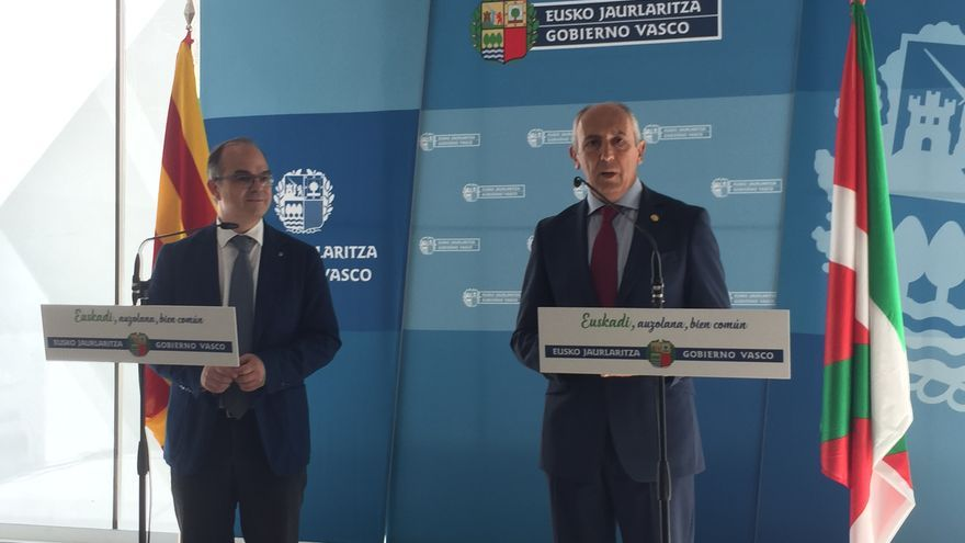 Los portavoces gubernamentales Jordi Turull (Cataluña) y Josu Erkoreka (Euskadi), antes de la reunión.
