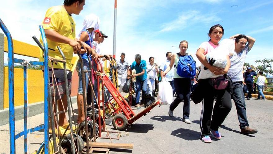 Denuncian bloqueo militar de un puente por el que puede entrar ayuda a Venezuela