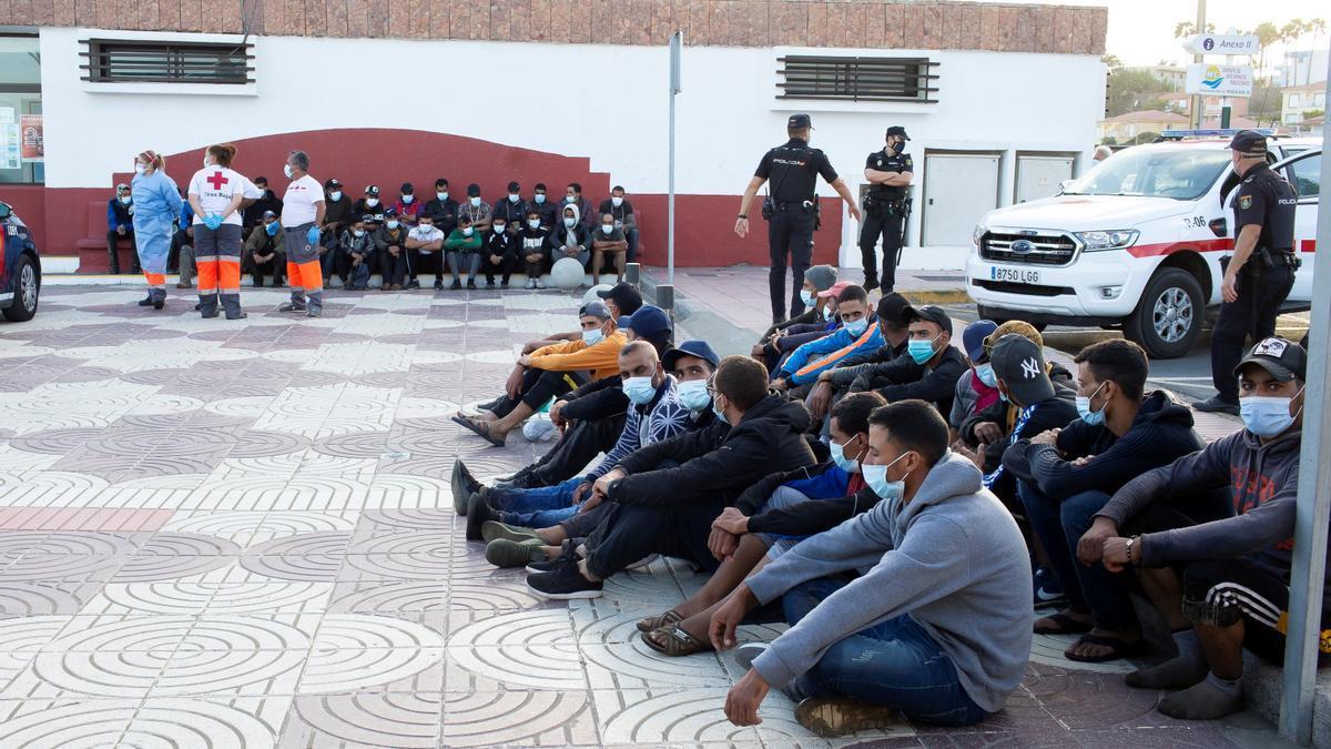 Inmigrantes de origen magrebí llegados en tres pateras a Playa del Inglés, en el sur de Gran Canaria, el pasado 20 de octubre 2020, custodiados por la Policía Nacional.