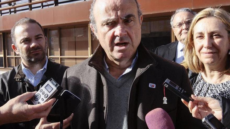 "De Guindos anima a votar al PP ""para acabar definitivamente con la crisis"""