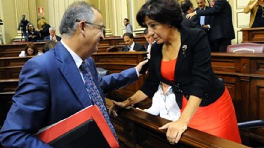 El socialista Francisco Hernández Spínola y la nacionalista Inés Rojas, este martes en el Parlamento. (ACFI PRESS)