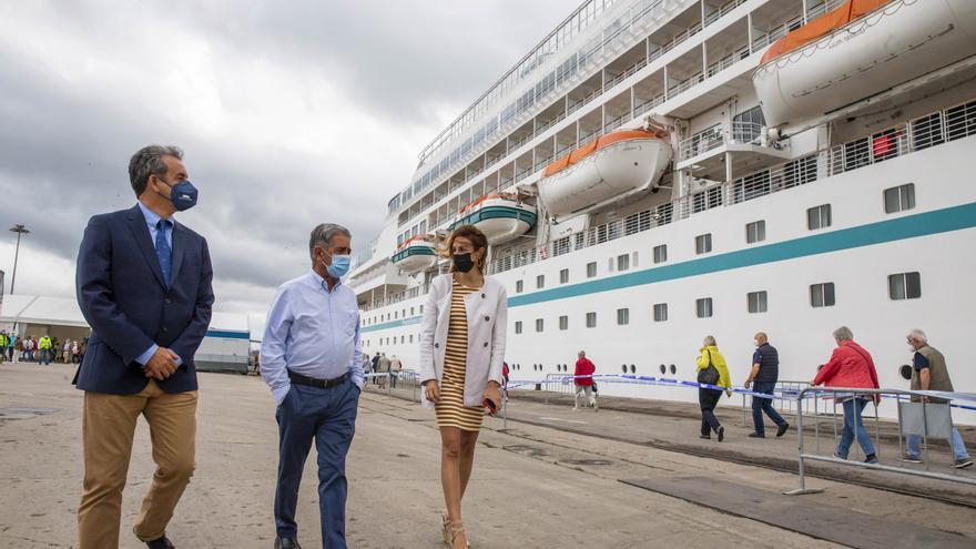 El presidente de Cantabria, Miguel Ángel Revilla (centro), el presidente del Puerto de Santander, Francisco Martín, y la directora de Turismo del Gobeirno, Marta Barca, dan la bienvenida al crucero 'Amera'