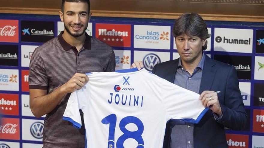 El jugador tunecino Haytham Jouini, junto al director deportivo del C.D.Tenerife, Alfonso Serrano, durante la presentación del nuevo jugador del club tinerfeño