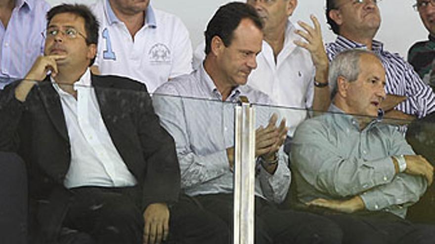 Imagen de este domingo del palco del Centro Insular, en la que aparecen -de izquierda a derecha-, Luis Ibarra, Óscar Hernández y Lisandro Hernández. (QUIQUE CURBELO)