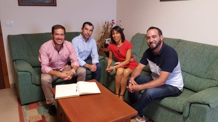 El senador por La Palma, Mariano Hernández (i), con el alcalde de Tijarafe,  Marcos Lorenzo -CC- (d), la primera teniente de alcalde, Jenny García (PSOE; y el portavoz del PP, Carlos González