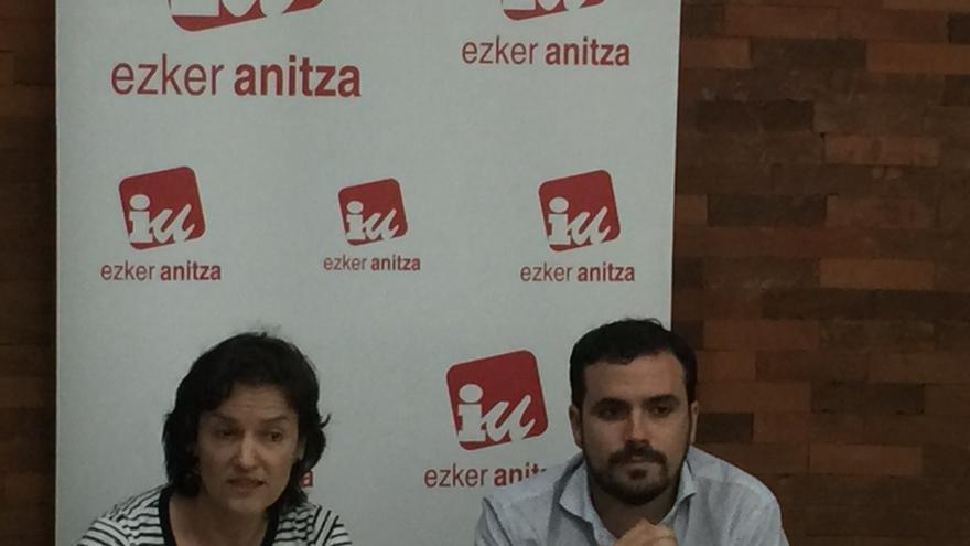Alberto Garzón, junto a la líder de Ezker Anitza (IU) en Euskadi, Isabel Salud.
