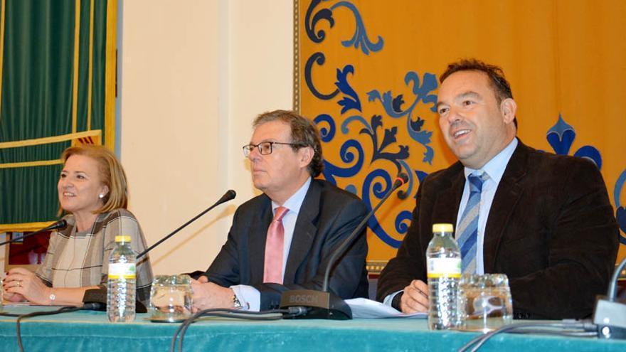 El rector de la UCLM (en el centro), hoy en un acto en Ciudad Real
