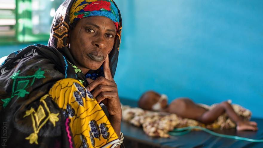 Hawe, de 31 años, acudió con su niña, que padece desnutrición, a un hospital gestionado por Médicos del Mundo en Burkina Faso. | Foto: José Palazón.