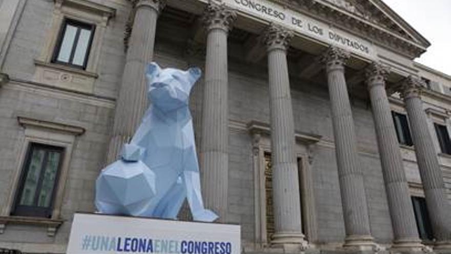 La leona, en la puerta del Congreso.