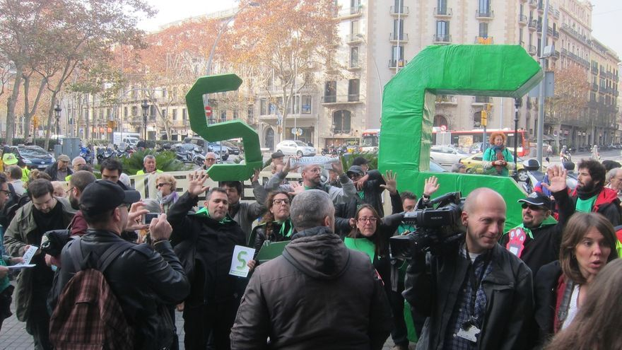 Unos 30 miembros de la PAH reciben a Rivera (C's) antes de una conferencia en Barcelona