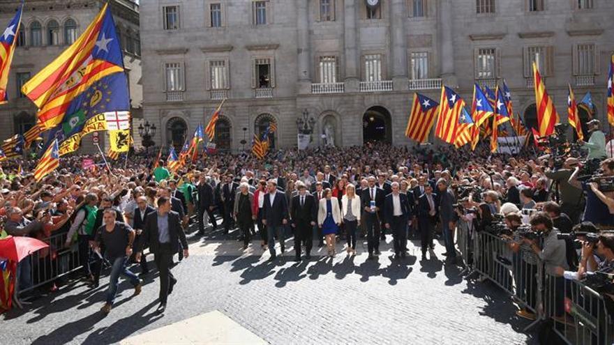 Unas 6.000 personas festejan en la plaza Sant Jaume la declaración de independencia