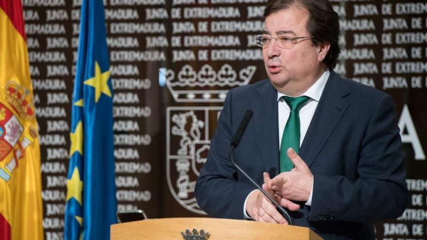 El presidente de la Junta de Extremadura, Guillermo Fernández Vara, en una rueda de prensa por videoconferencia