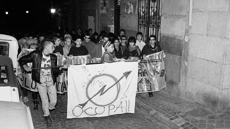 Manifestación en la calle Amparo tras el desalojo de la primera okupación de la fábrica Electra, en 1985