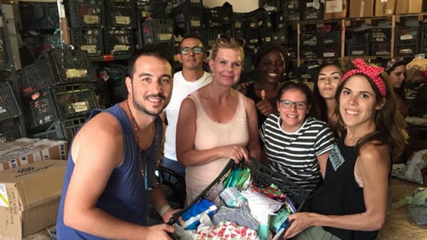 Un grupo de activistas de Balloona Matata con parte del material recogido en 2017