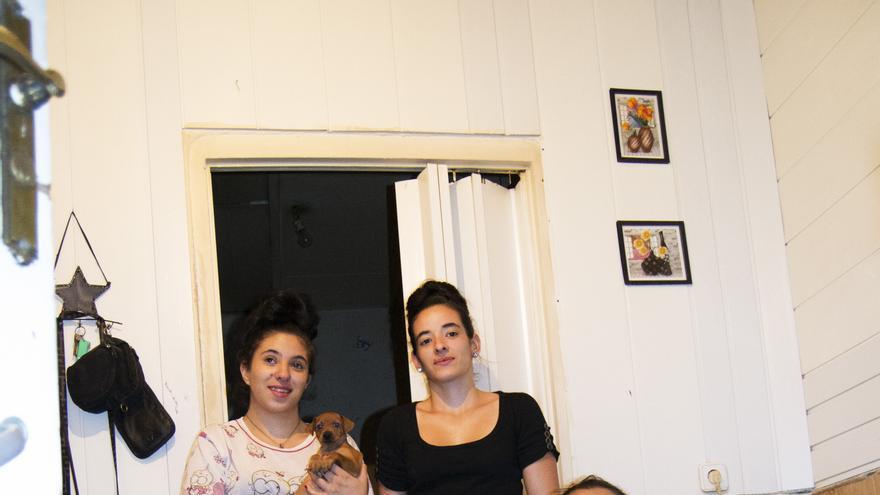 La familia de Sonia en su vivienda del histórico edificio de la calle Peironcely