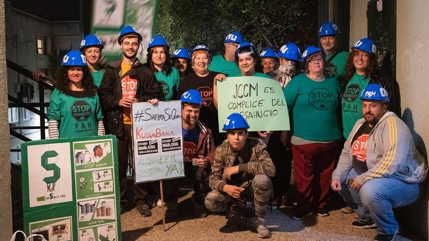 Un grupo de activistas de PAH Guadalajara han apoyado a Safira