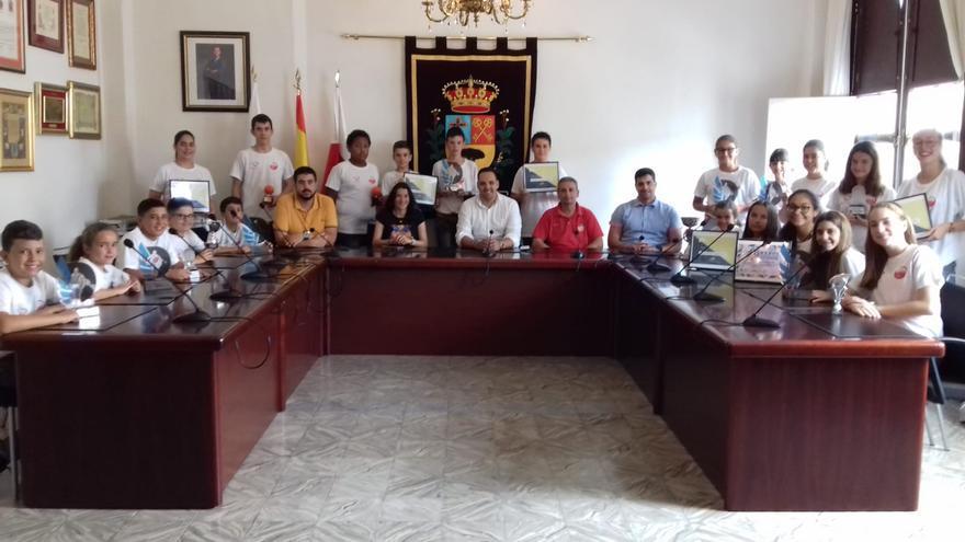 El alcalde de Breña Alta, Jonathan Felipe; la concejal de Deportes Nira Rodríguez, y el concejal del Partido Socialista Borja Perdomo, con el equipo del Club Baloncesto Doguén.