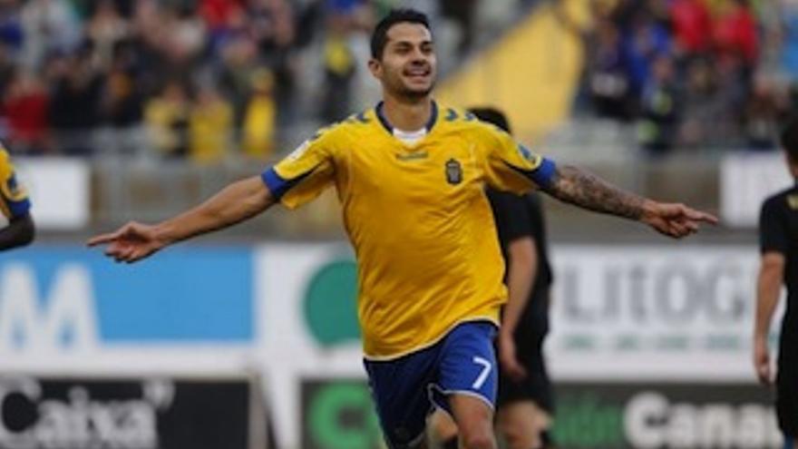 Vitolo anota su 9º gol en liga.