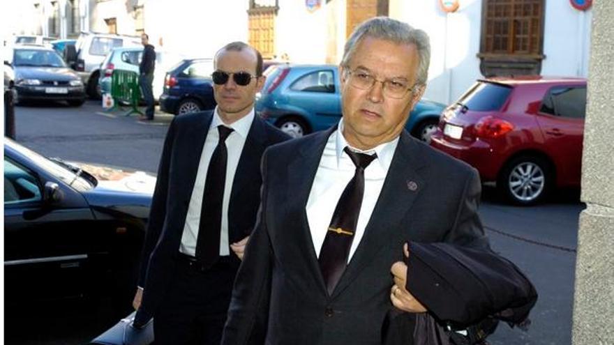 Martín (derecha), con su abogado, en marzo de 2009, cuando se celebró su juicio en el TSJC.