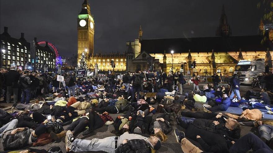 Manifestantes contra una intervención en Siria se concentran ante Westminster