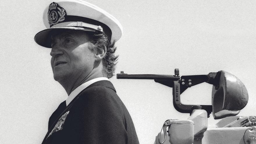 Juan Carlos observa unas maniobras de la OTAN en el puerto de Barcelona