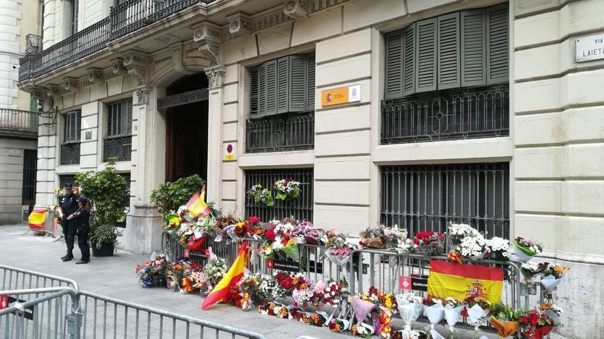 Flores frente a la sede de la Policía este lunes