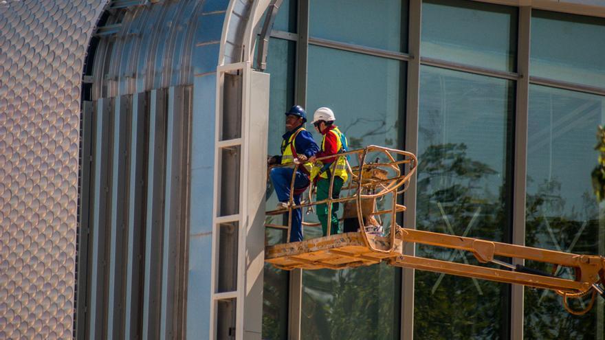 Unos operarios trabajan en las obras del Centro Botín en Santander.   JESÚS HERMOSA