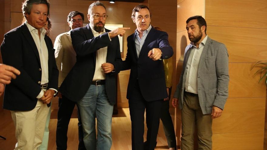 Los portavoces de PP y Ciudadanos, Rafael Hernando y Juan Carlos Girauta, tras una reunión de ambos partidos.