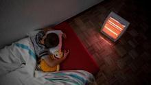 Estos son los hogares en España cuyos niños no pueden comer carne, renovar sus gafas y pasan frío en invierno