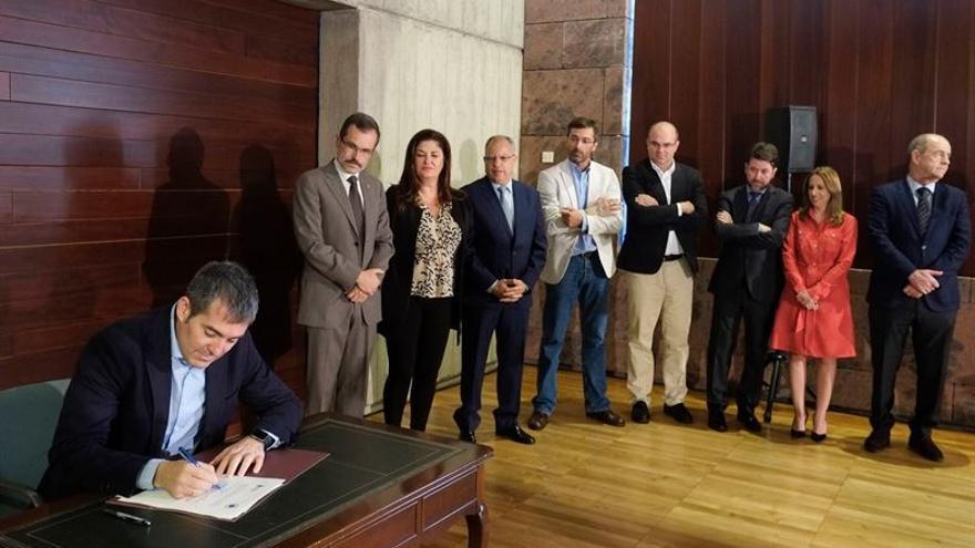El presidente del Gobierno de Canarias, Fernando Clavijo (i), firma con los presidentes de Cabildos, excepto el de Gran Canaria, el convenio sobre el reparto del Impuesto General sobre el Tráfico de Empresas (IGTE). (Foto Europa Press)