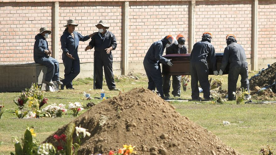 Los cementerios colapsan en Cochabamba a causa de la covid-19