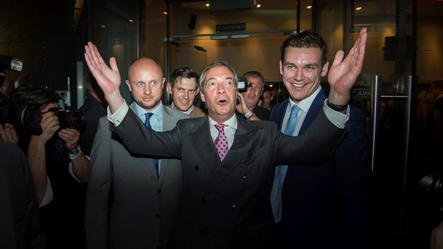"""Farage dice que fue un """"error"""" prometer 350 millones semanales para el NHS"""