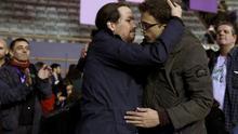Pablo Iglesias e Íñigo Errejón se abrazan tras conocerse el resultado en la II Asamblea Ciudadana de Podemos.