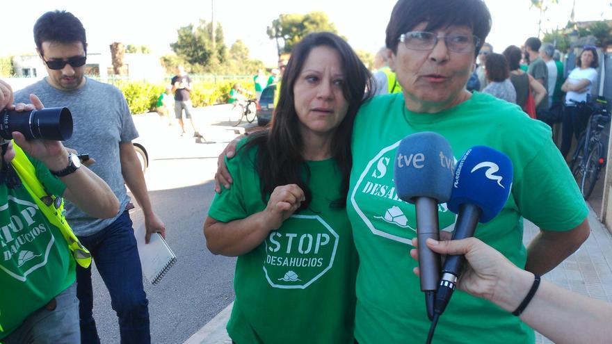 La portavoz de la PAH en Castellón con la afectada por el desahucio.