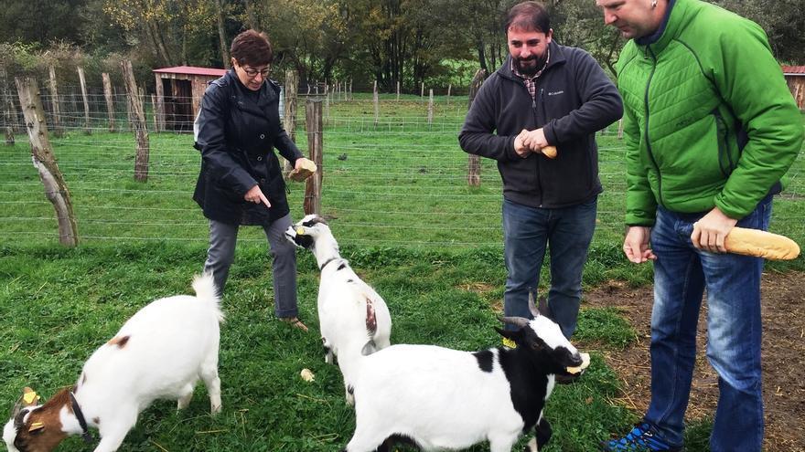 """Parlamentarios visitan la Granja Escuela Ultzama para conocer su """"aportación al desarrollo rural y al empleo"""""""