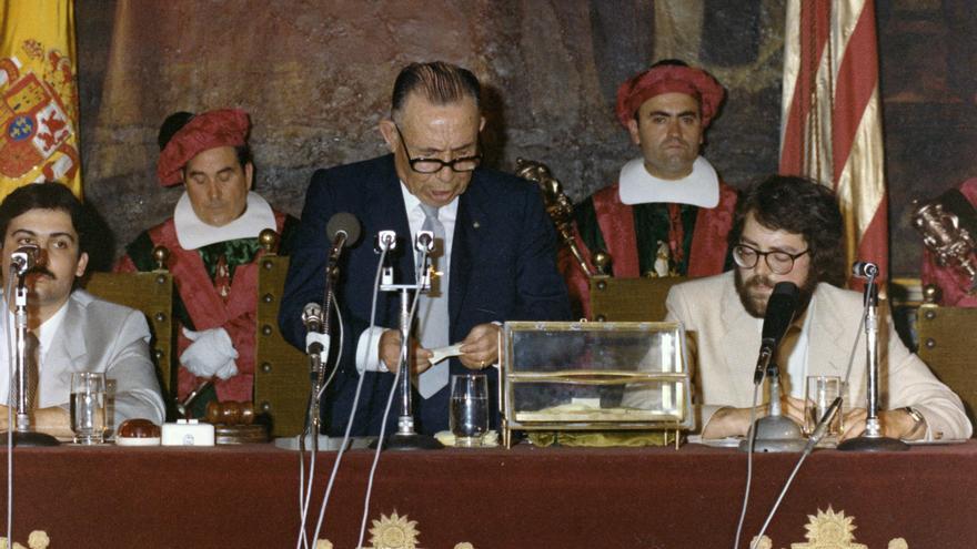 Dos jóvenes Ximo Puig y Joan Calabuig en la mesa de edad de las Cortes Valencianas presidida por el veterano socialista Manuel Arabid.