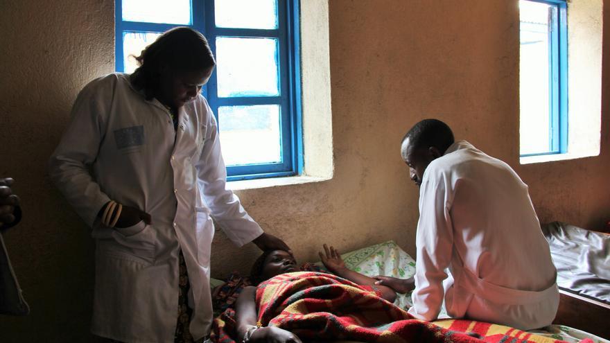 Miembros del personal del centro de salud de Kibabi consuelan a una madre que ha perdido a su bebé en el parto.