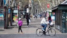 Un ciclista circulando por Las Ramblas de Barcelona