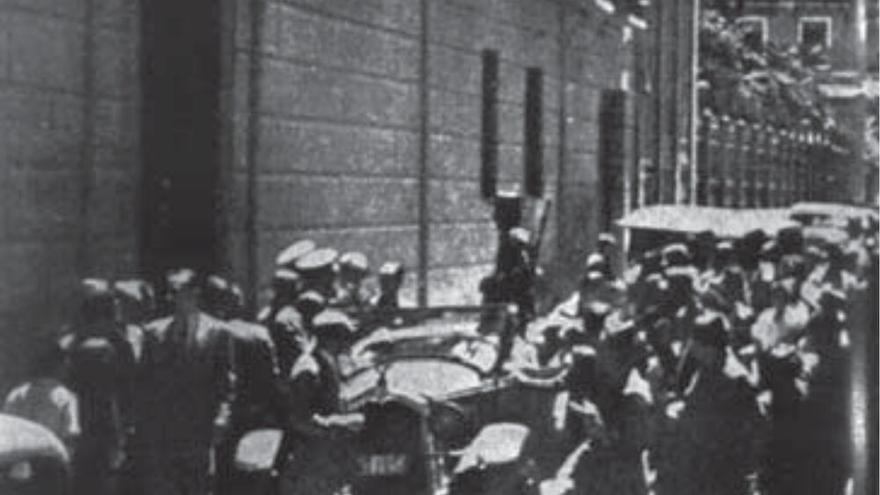 Entrada principal del edificio del antiguo gobierno civil, el 20 de julio de 1936. A sus puertas se agolpaban militares y voluntarios, donde conducían a los detenidos tras el golpe de estado. | Fuente: Joaquín Gil Honduvilla.
