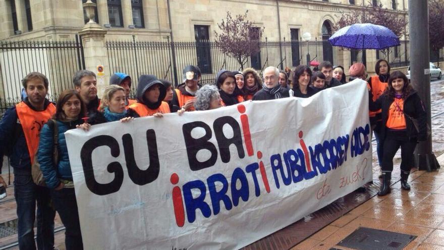 Los trabajadores de Radio Euskadi llevaron la protesta el viernes pasado a las puertas del Parlamento.