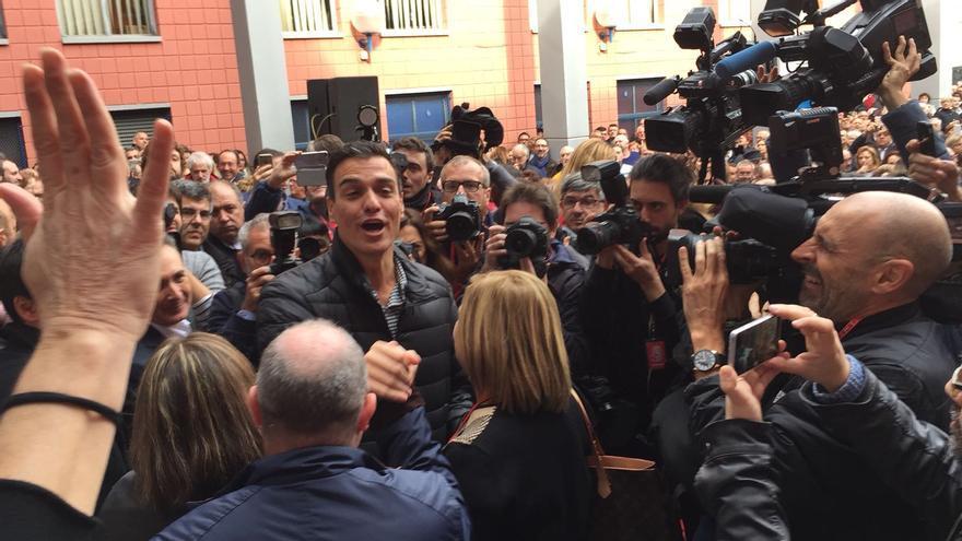 Pedro Sánchez es aclamdo por militantes socialistas en Xirivella (Valencia).