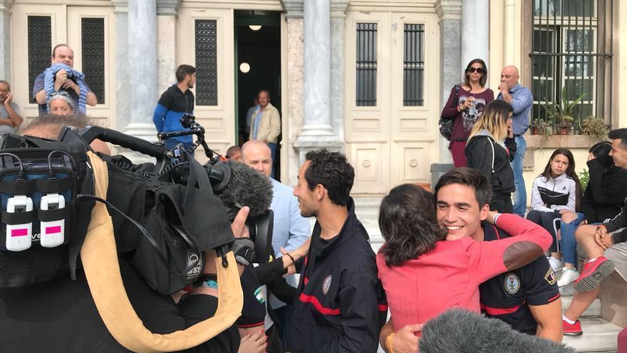 Enrique Rodríguez, abrazado por la consejera de Justicia de la Junta minutos antes del juicio
