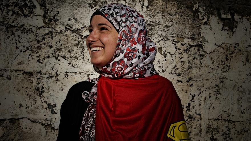 """Heba, 30 años, es madre de dos hijos. Estudió inglés y literatura francesa en la universidad y le gustaría viajar por el mundo. """"En Gaza nosotras lo hacemos todo. Cuidamos de la familia, cocinamos, estudiamos y trabajamos; y lo hacemos sin queja alguna. De hecho, queremos hacer cada vez más, tener un papel más importante porque podemos hacer de todo, como cualquier otra mujer del mundo."""" Fotografía: Ovidiu Tataru."""