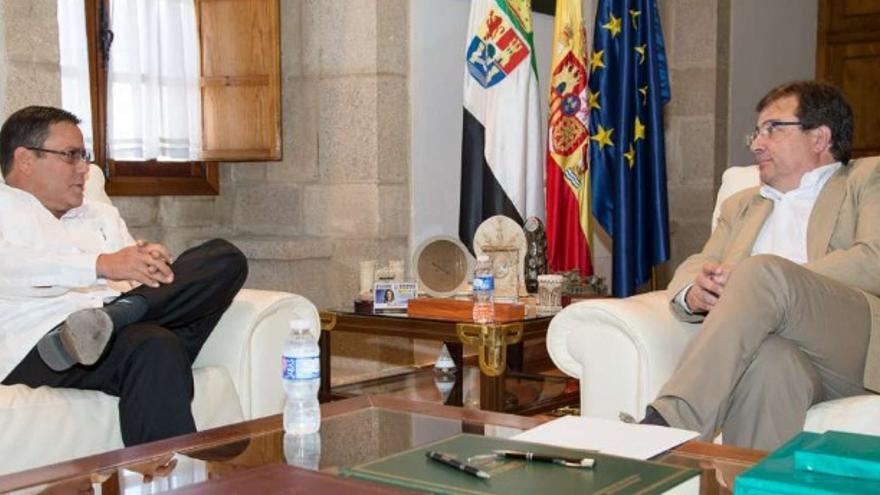 El presidente de la Junta de Extremadura, Guillermo Fernández Vara, y el cónsul de Cuba Alejandro Castro Medina / Junta