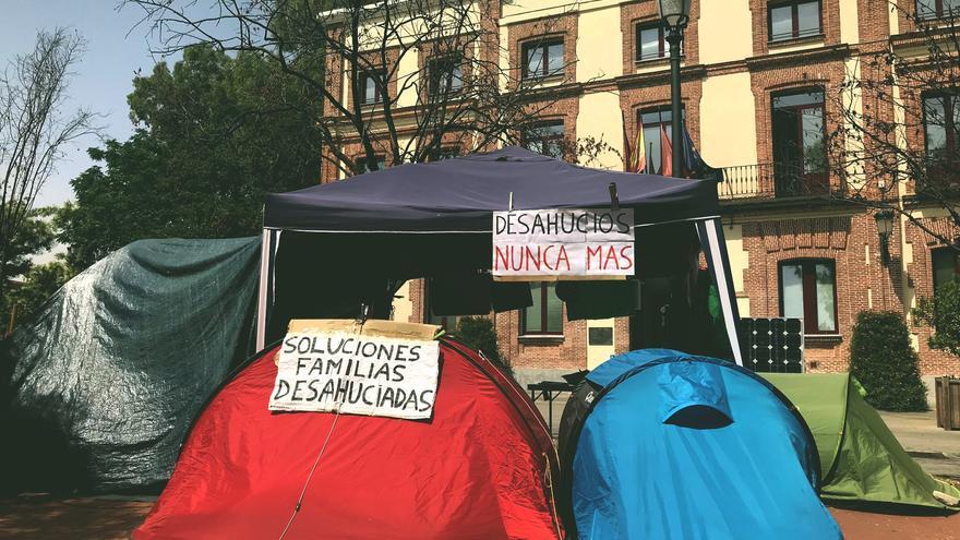 Con una acampada piden soluciones para familias desahuciadas